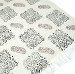 hangewebter-blockdruck-teppich-aus-natur-baumwolle-mit-traditionellem-design-weissschwarzblau-mus-3069349-1.jpg