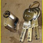 iseo-r6-halbzylinder-3010-mit-aufbohrschutz-und-3-schluesseln-2044395-1.jpg